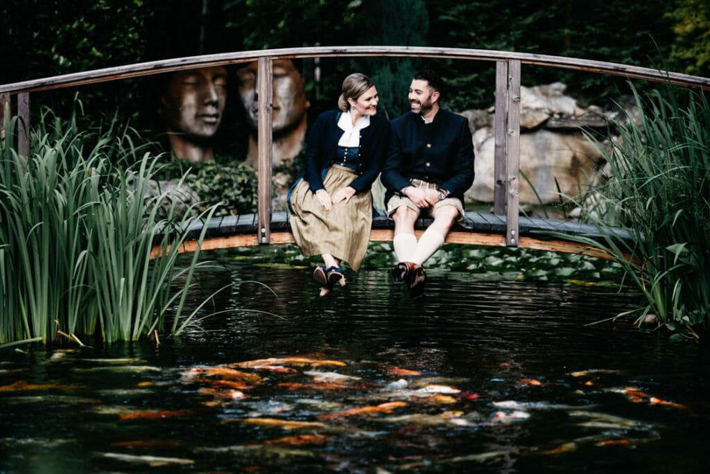 Verlobungsfotos Tracht in Linz an chinesischem Garten
