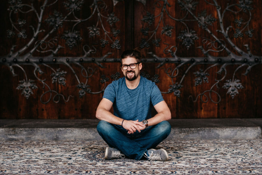 Portrait Tom Schuller vor Jesu Kirche Graz