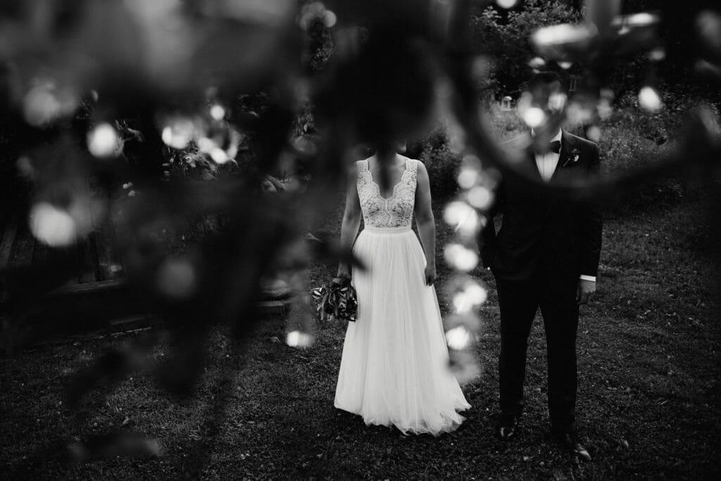 Hochzeitsfoto auf dem die Köpfe des Brautpaars verdeckt sind